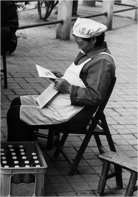 Chengdu - Lectrice marchande de glaces